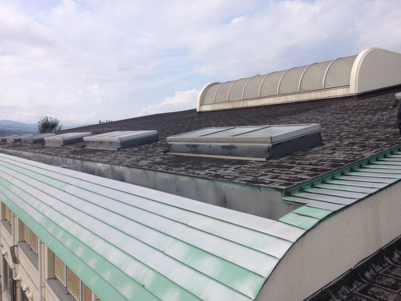 リフォーム施工中小学校 – 屋根重ね葺き工事【20】東京都昭島市