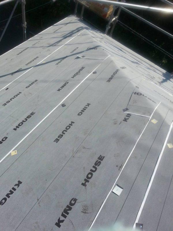 リフォーム施工中屋根重ね葺き、外壁塗装、雨樋交換、駐車場ポリカ屋根交換、遮熱シート敷込【87】横浜市都筑区T様